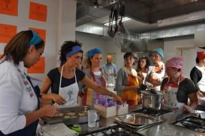 Corso Esperienziale Introduzione alla Cucina Naturale, Silvia con i corsisti, Reggio Emilia 2013